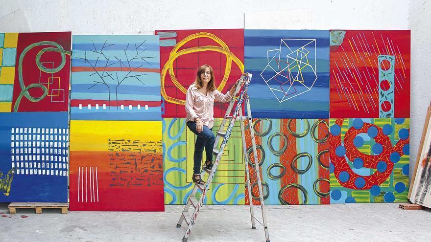 La pintora Menchu Lamas, con una de sus obras
