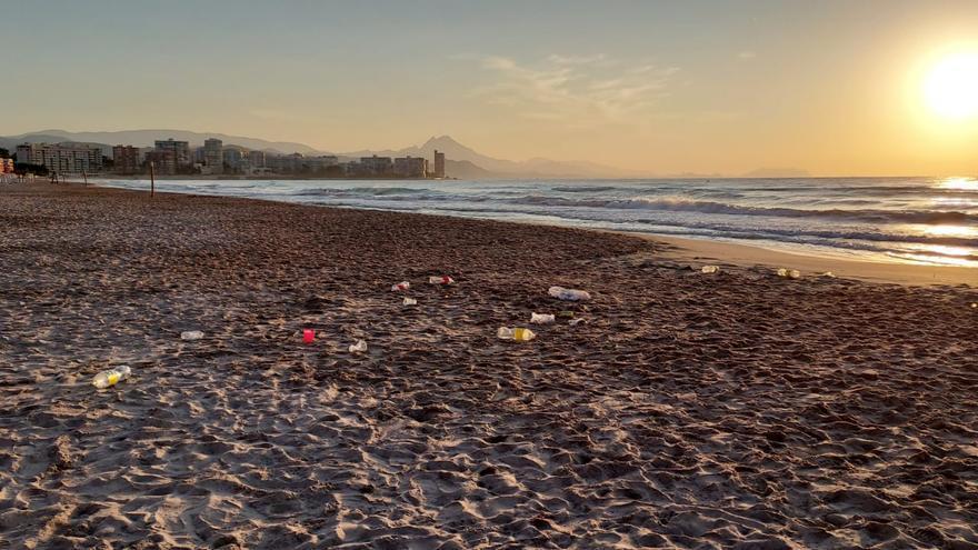 Los botellones se disparan en las playas de El Campello por el toque de queda en Alicante