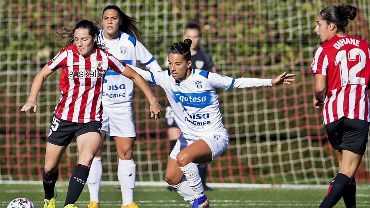 La futbolista del Athletic Naroa Uriarte busca salvar la entrada de la tinerfeña, Silvia Doblado, en el partido de ida.