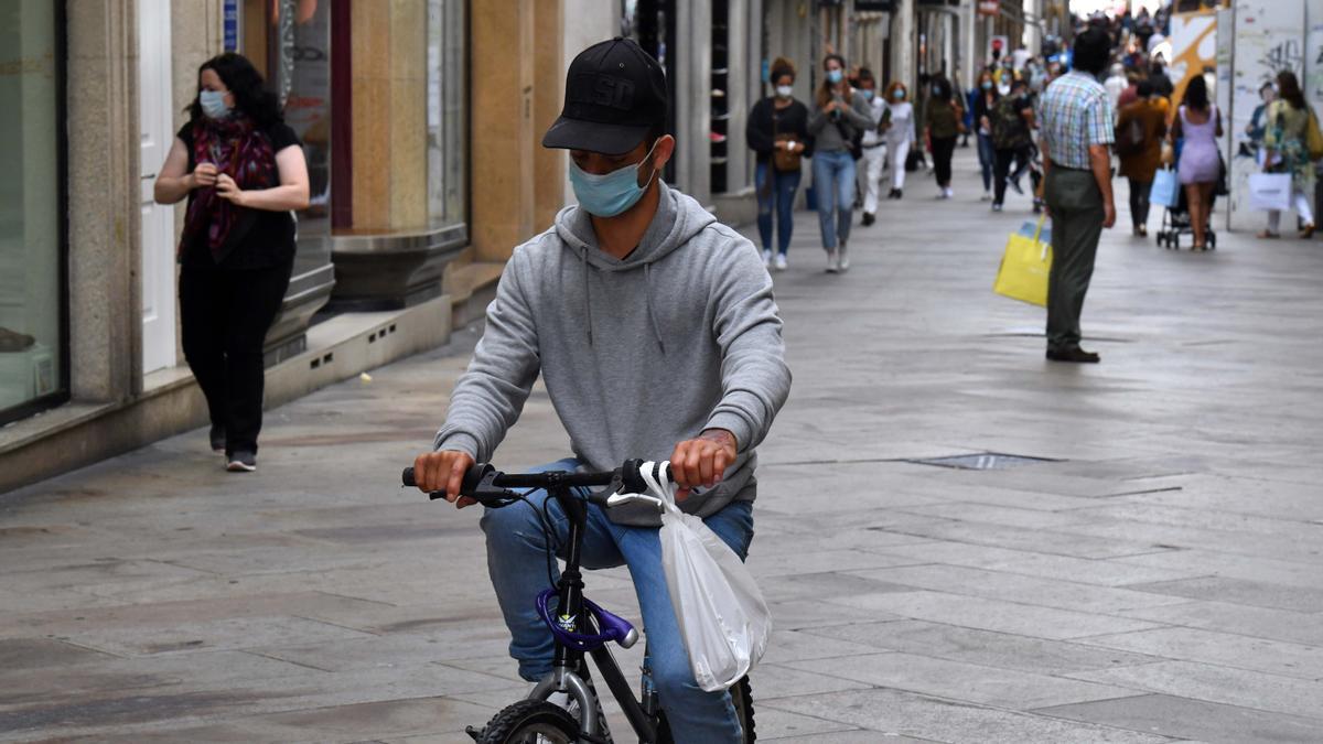 Varias personas con mascarilla en A Coruña.