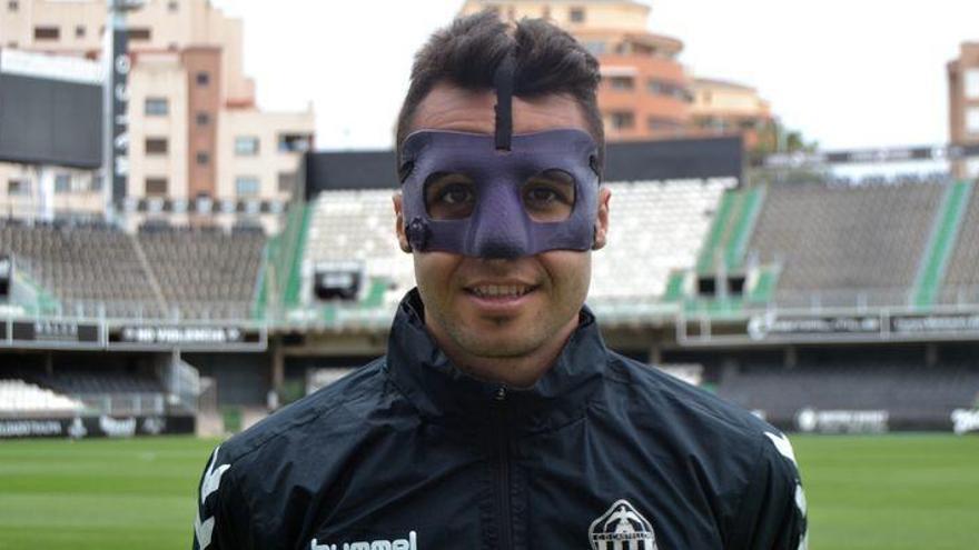 Cubillas ya tiene su máscara para ser 'Cubigol' ante el Orihuela