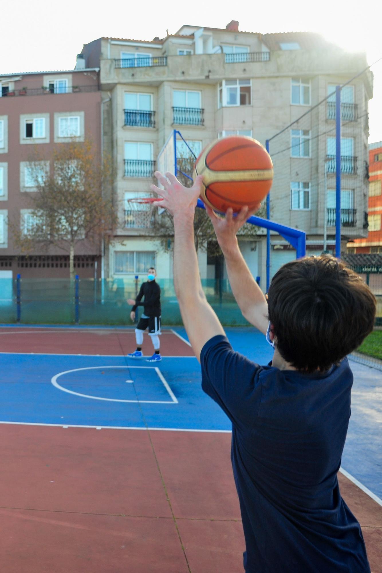El Club Baloncesto O Meco entrena en la calle ante el cierre de las instalaciones deportivas municipales