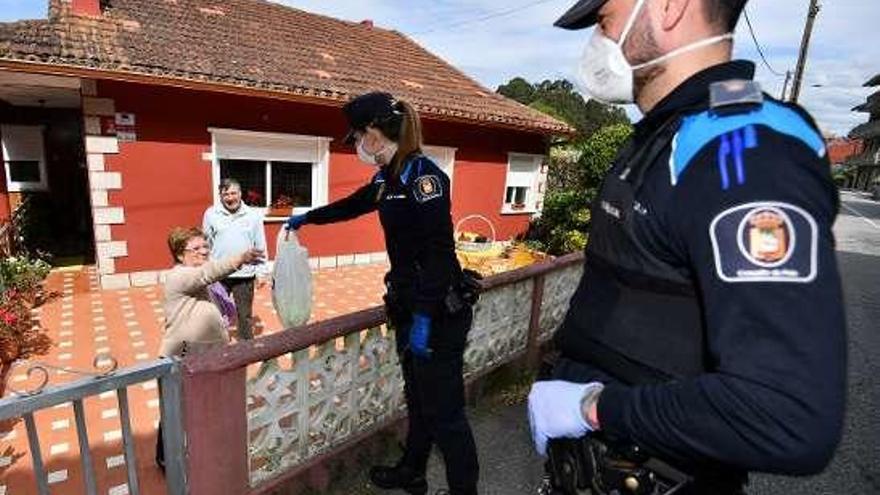 Los concellos ayudan a que los más vulnerables eviten salir de casa