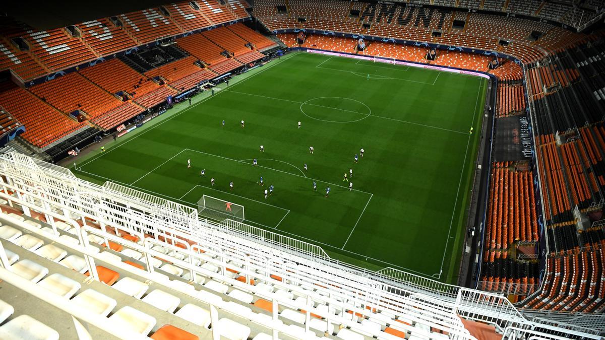 Un partido de fútbol sin público.