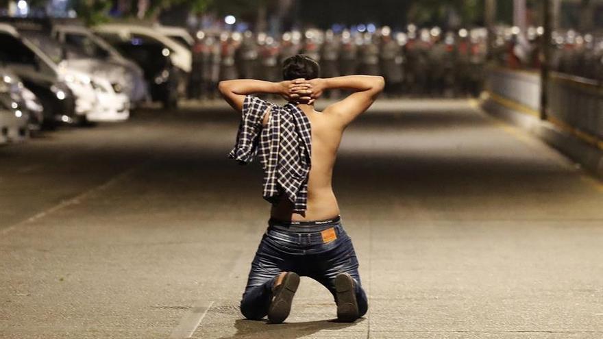 La policía birmana carga contra una protesta nocturna en Rangún