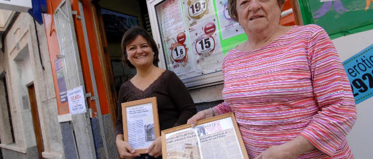 Almeida y su madre, Jiménez, exponen otros premios.