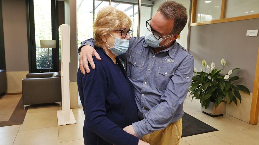 Vuelven los abrazos de los familiares en las residencias de mayores tras más de un año