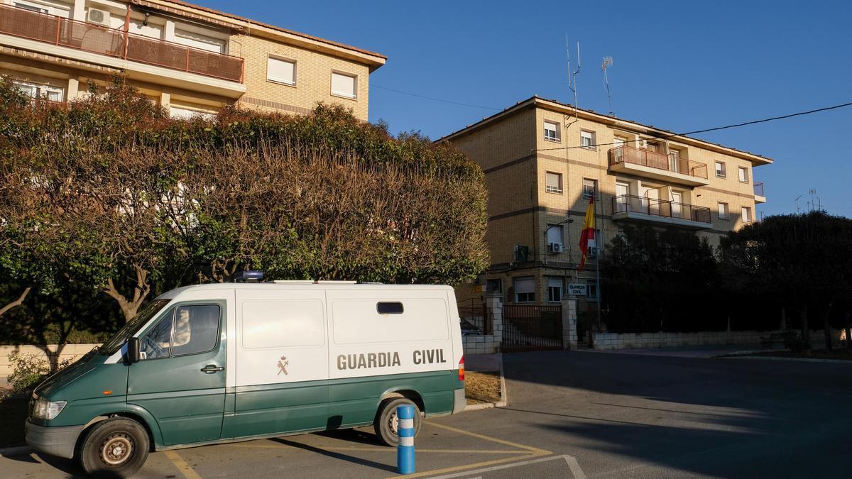 Un furgón para el traslado de detenidos junto al cuartel de la Guardia Civil de Villena.
