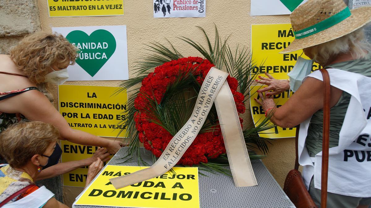 La plataforma coloca una corona en recuerdo de los mayores fallecidos durante la pandemia.