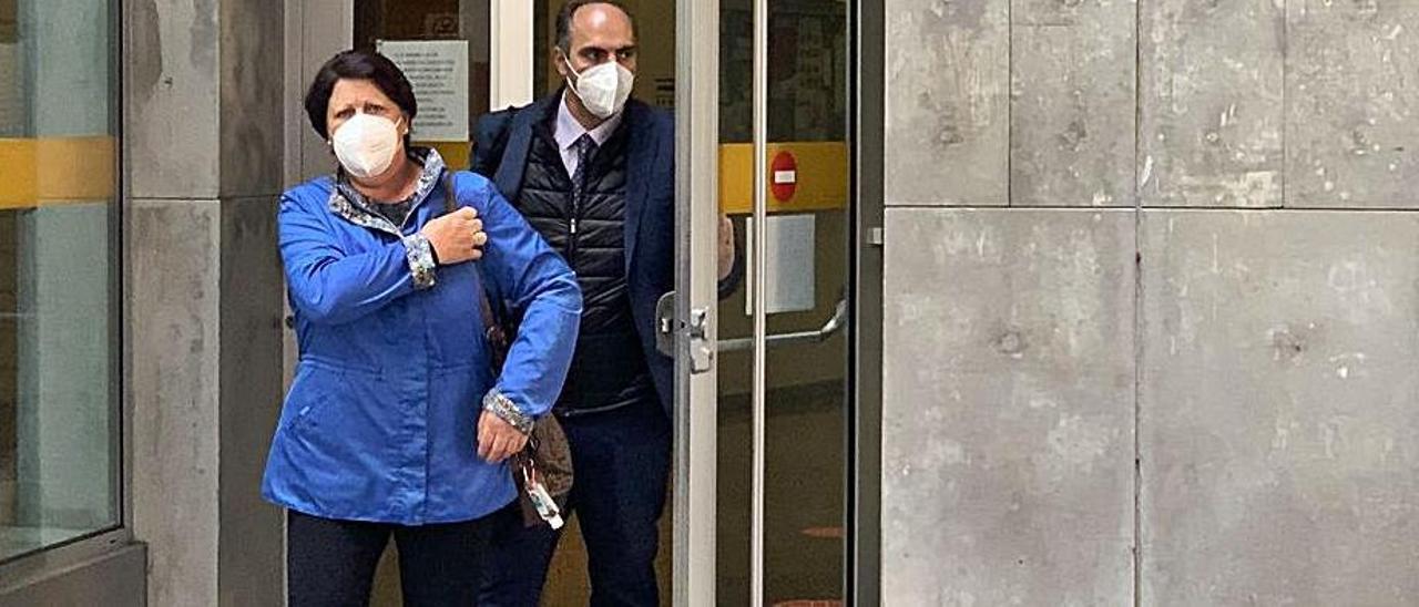 La condenada por el incendio sale de la Audiencia con su abogado.   L. Vega