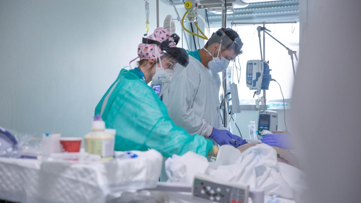 Sanitarios atienden a un paciente en la UCI.