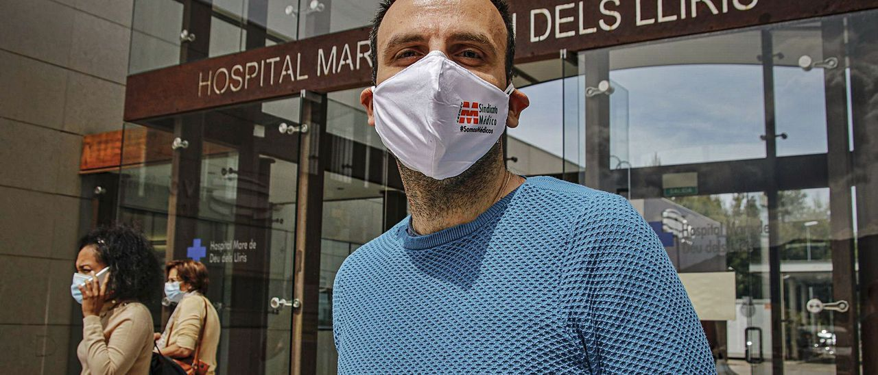 El delegado del Sindicato Médico en el departamento de Salud de Alcoy, Alberto Acosta, a las puertas el hospital. | JUANI RUZ