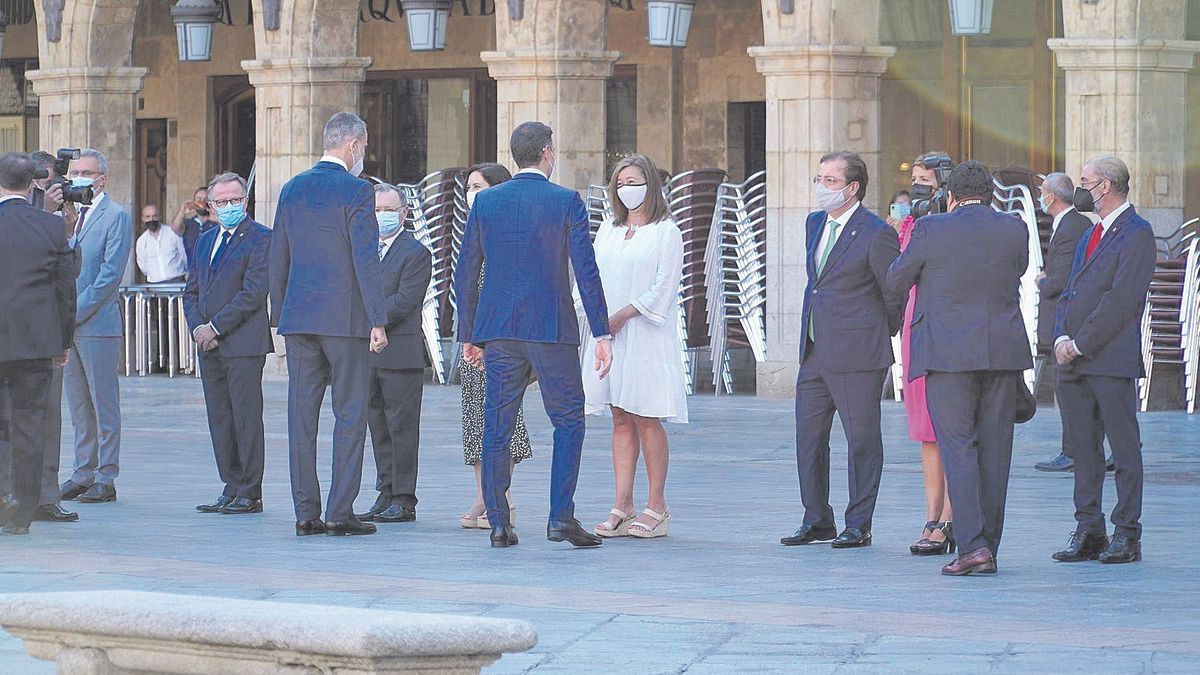 Armengol habla con Pedro Sánchez en la conferencia de presidentes celebrada en Salamanca.