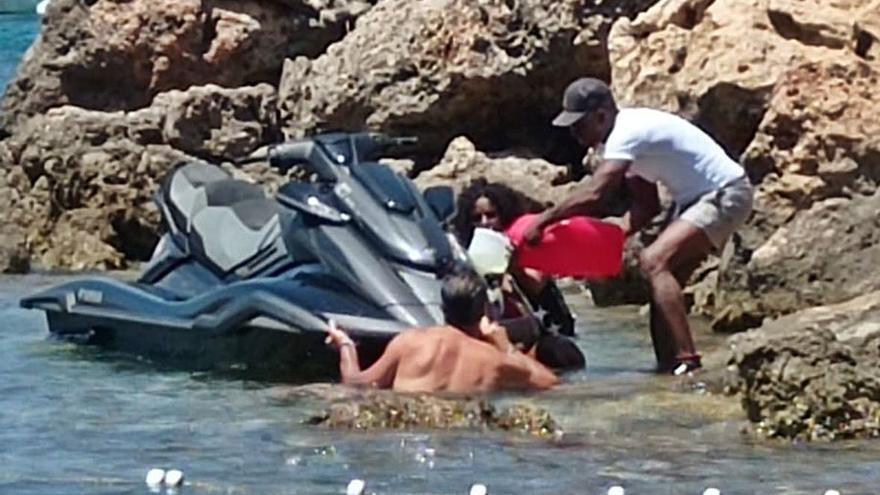 Vierten gasolina al mar al repostar con las motos de agua en Cala Molí