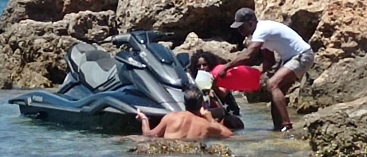 Parte del carburante cayó al mar en Cala Molí.