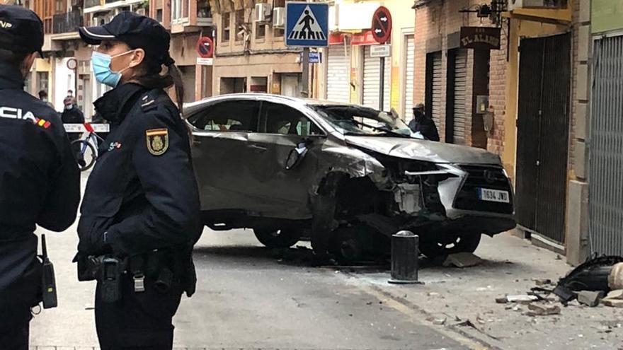 Herido un anciano de 84 años tras estrellar su coche contra un pivote en el centro de Murcia