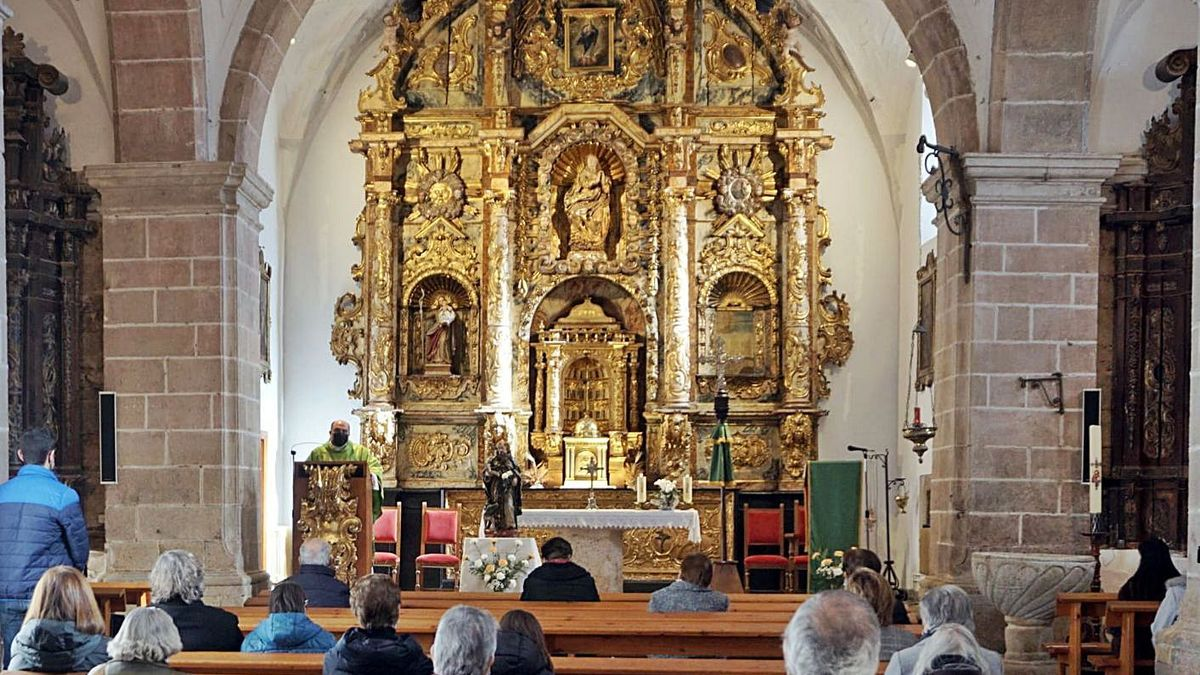 Misa a San Antonio en Alcañices, con la celebración cumpliendo el aforo máximo de 25 personas.   Ch. S.