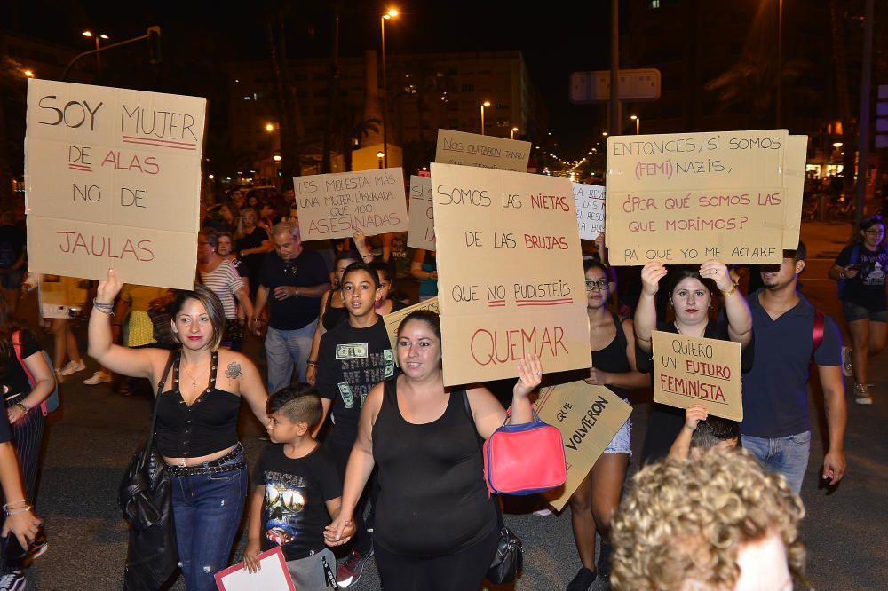 """""""No es no, lo demás es violación"""" y """"La tumba del machismo, Alicante será"""", son algunas de las consignas que se escuchado por las calles de la ciudad"""