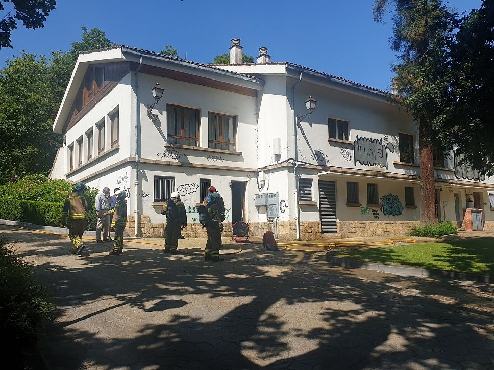 Alarma en el corazón natural de Oviedo: los bomberos sofocan un incendio en la biblioteca del Campo