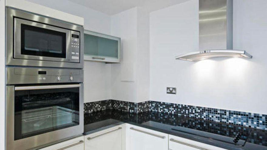 La piedra desengrasante que triunfa entre los expertos en limpieza para dejar reluciente la cocina y el fregadero