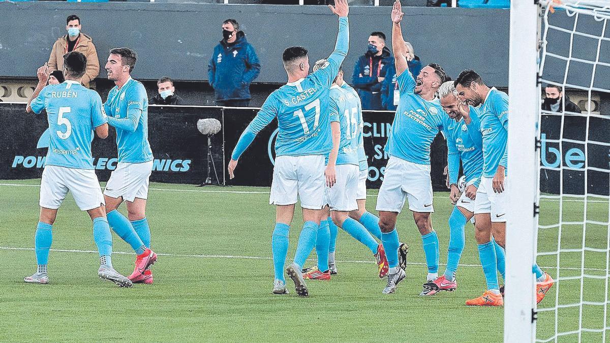 Sergio Castel celebra con sus compañeros uno de los tantos logrados ayer ante el Celta.