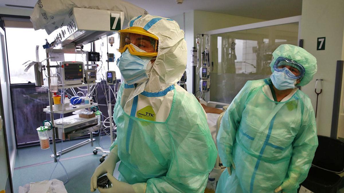 Trabajadores en la UCI del Hospital Montecelo.     // POOL RAMÓN LEIRO