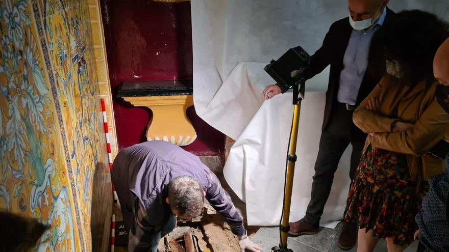 Sacan a la luz un sarcófago con los restos de una niña en el Alcázar de Sevilla