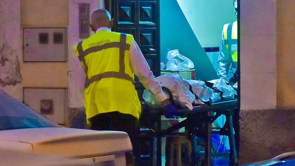 Momento en el que sacan uno de los cuerpos de la vivienda donde ocurrió el parricidio. | | ANDRÉS CRUZ