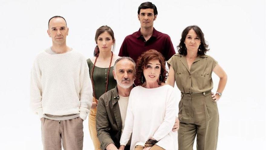 Verónica Forqué, en el centro, junto al resto del elenco de la obra.