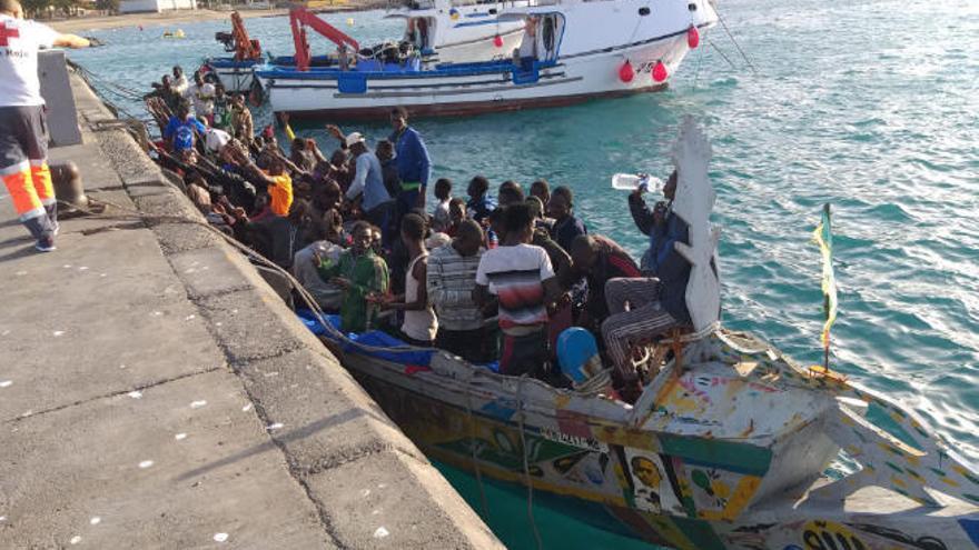 Arriba por sus propios medios a La Gomera un cayuco con 85 personas