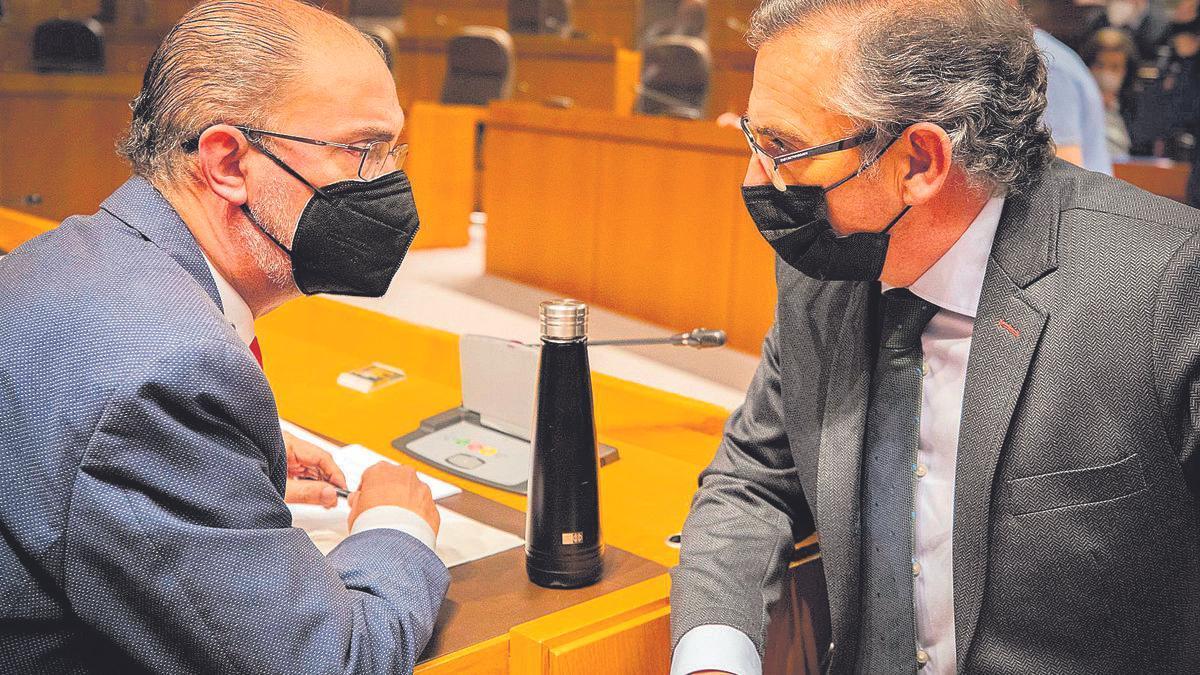 El presidente de Aragón, Javier Lambán, y el líder del PP, Luis María Beamonte, conversan en las Cortes.