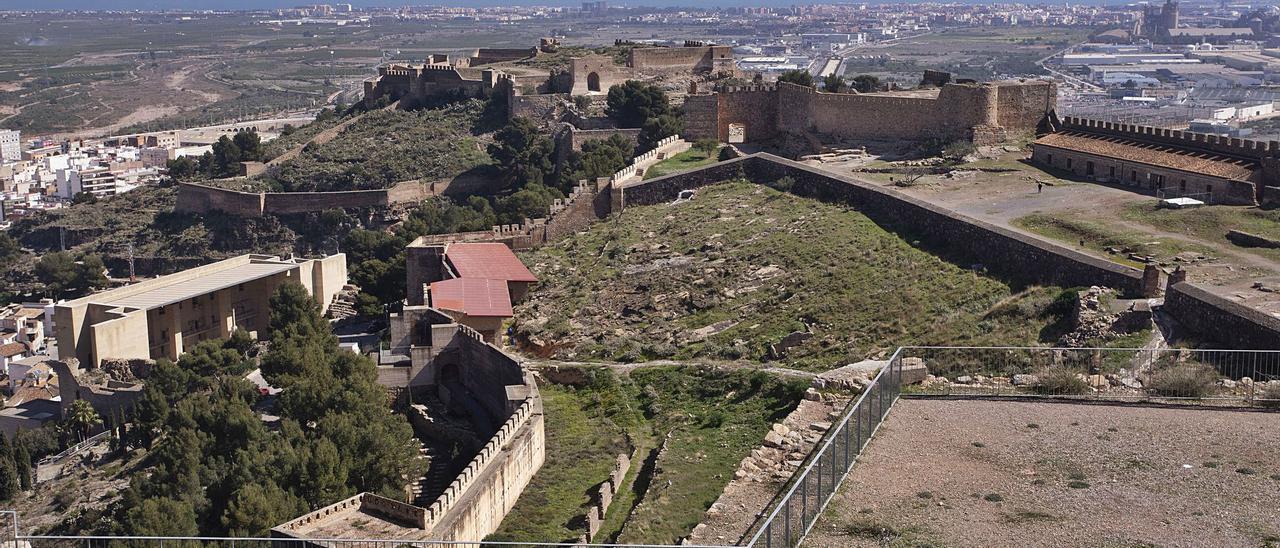 Vista de la fortaleza, con el Port de Sagunt y el mar al fondo.