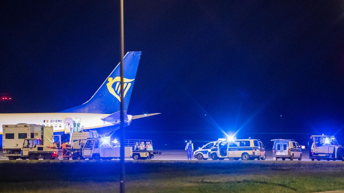 La Policía de Alemania examina el avión de Ryanair tras su aterrizaje forzoso en Berlín.