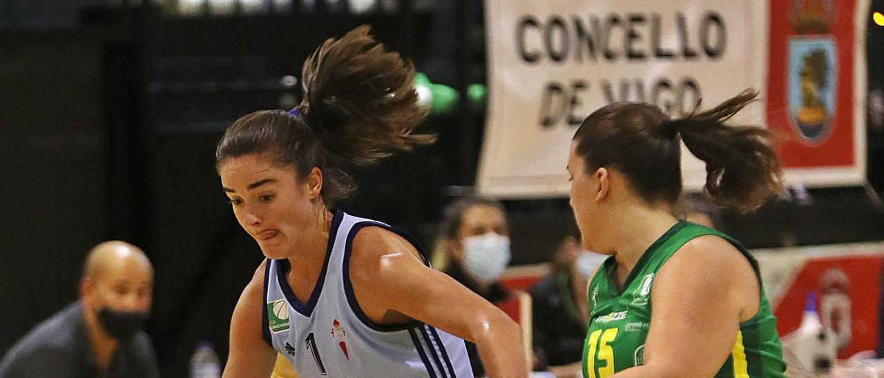 Celia intenta escaparse de una jugadora del Arxil en Copa Galicia.  | // R. GROBAS