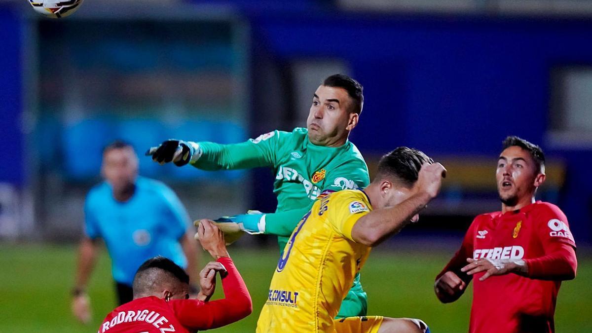 Manolo Reina despeja el balón en un instante del encuentro que enfrentó el pasado lunes al Alcorcón frente al Real Mallorca.