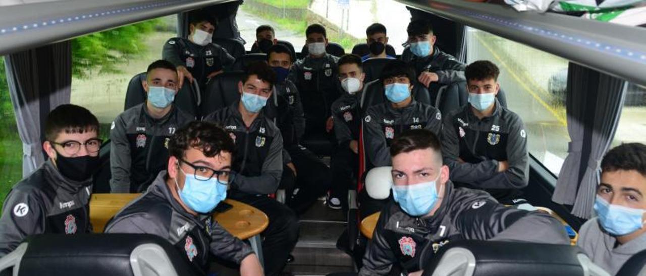 Los jugadores del Luceros, en el bus antes de emprender viaje. |  // Gonzalo Núñez
