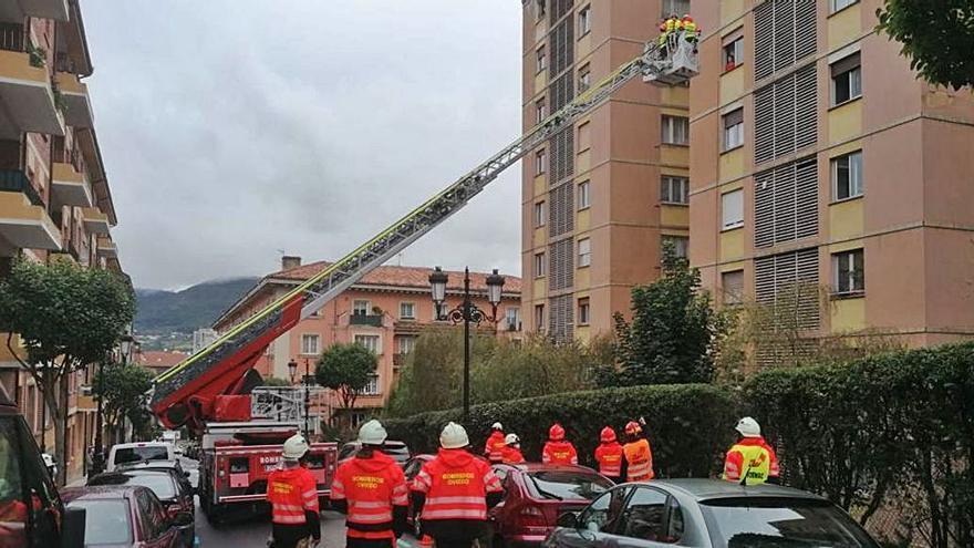 Los bomberos de la ciudad se forman en el manejo de escaleras de rescate