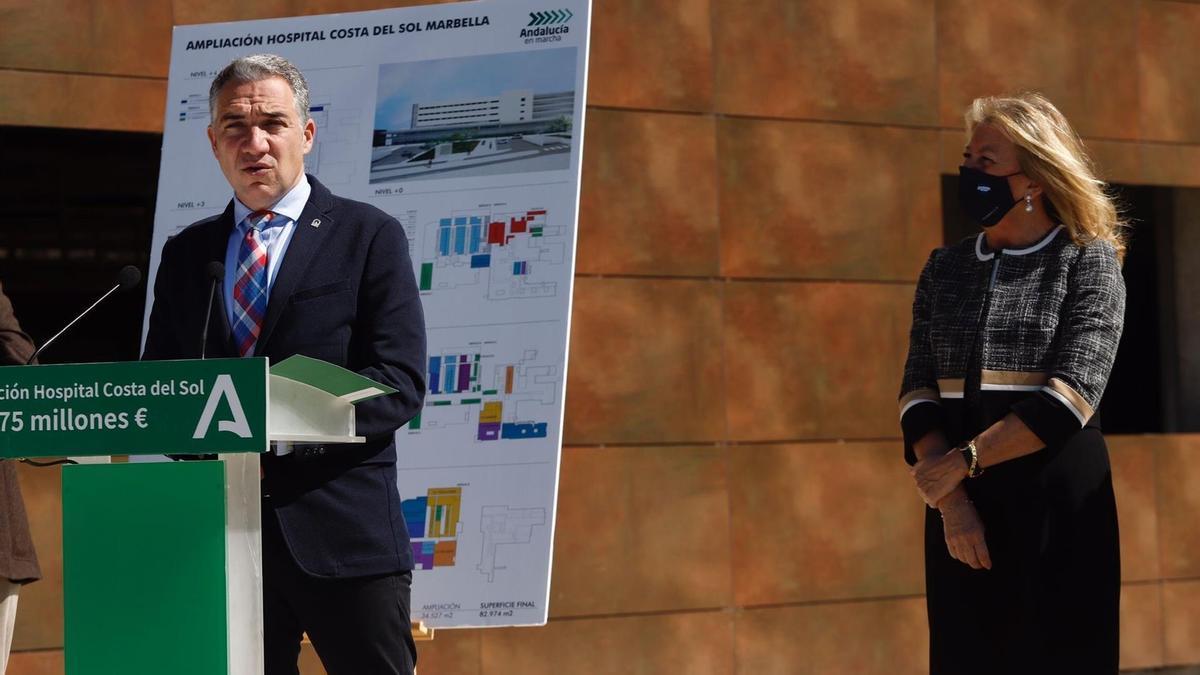 Elías Bendodo, durante una rueda de prensa en Marbella