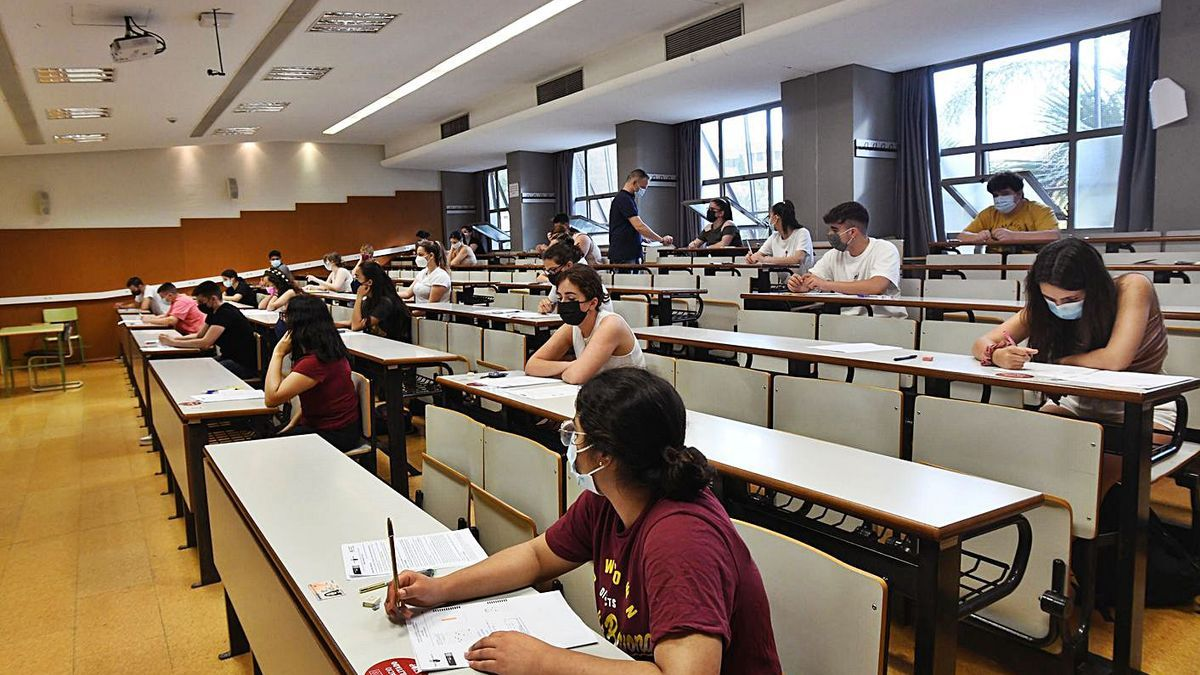 Varios estudiantes durante la EBAU extraordinaria en el Aulario General de la UMU.