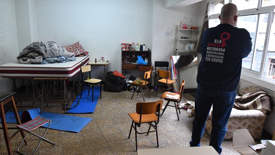 Doce ocupas, desalojados del local de una academia en la avenida de Fisterra