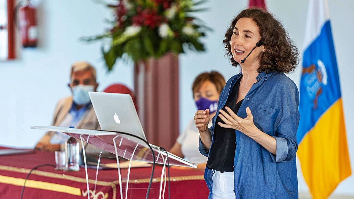 Elsa Punset, ayer durante la conferencia inaugural de la Universidad de Verano de Adeje. | | E.D.