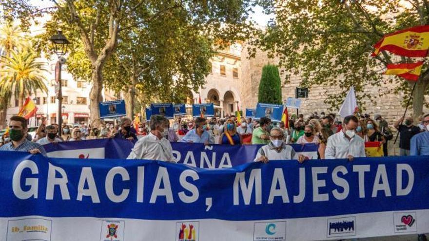 Una multitud se manifiesta en apoyo a la monarquía en Palma de Mallorca