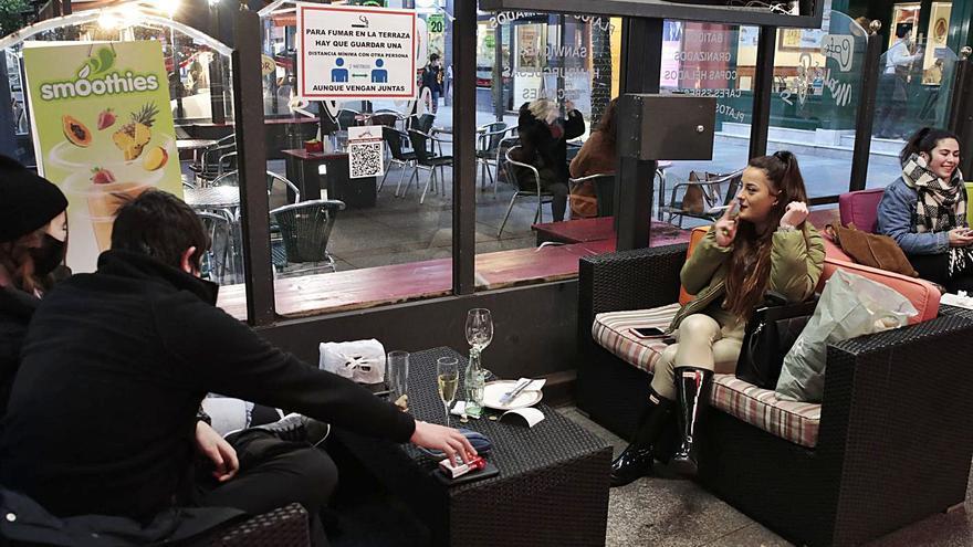 """La prohibición de fumar en las terrazas se recibe entre aplausos y críticas por """"absurda"""""""