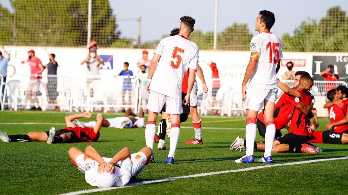 Los jugadores del Mallorca B, abatidos tras pitar el árbitro el final del encuentro