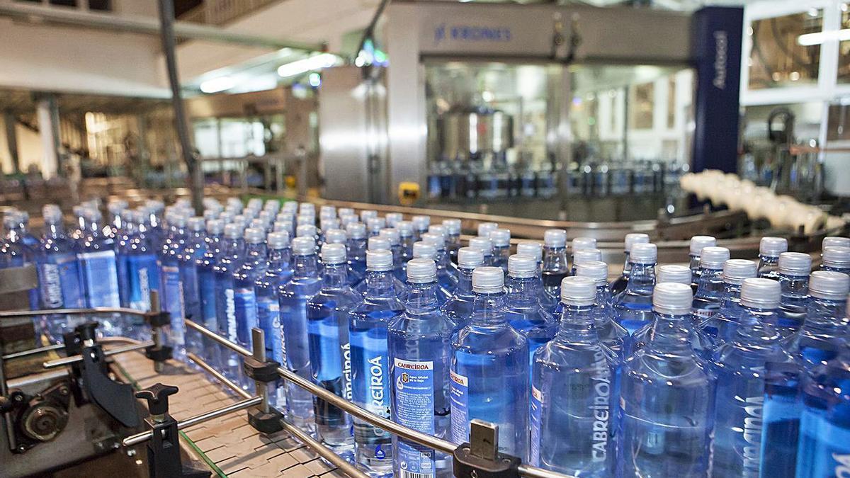 Botellas en la planta embotelladora de Cabreiroá en Verín.     // L. O.