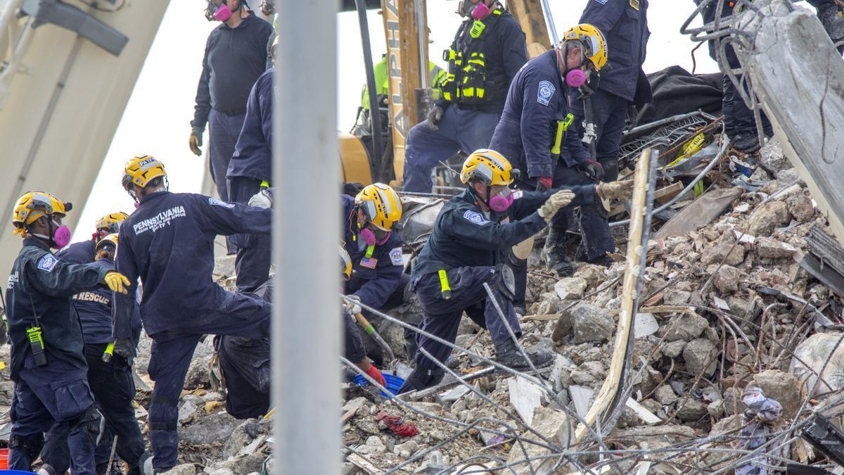Los equipos de rescate, en el edificio derrumbado de Miami.