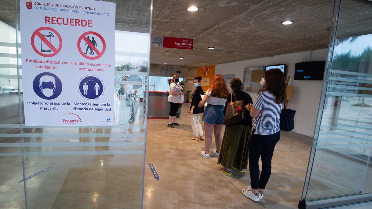 Varias opositoras, momentos antes de entrar a hacer el examen