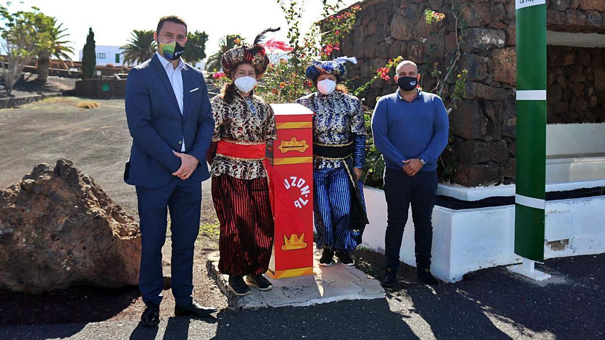 En la foto superior, el alcalde y el concejal de Festejos acompañan a los pajes reales por los 13 buzones instalados en Yaiza.