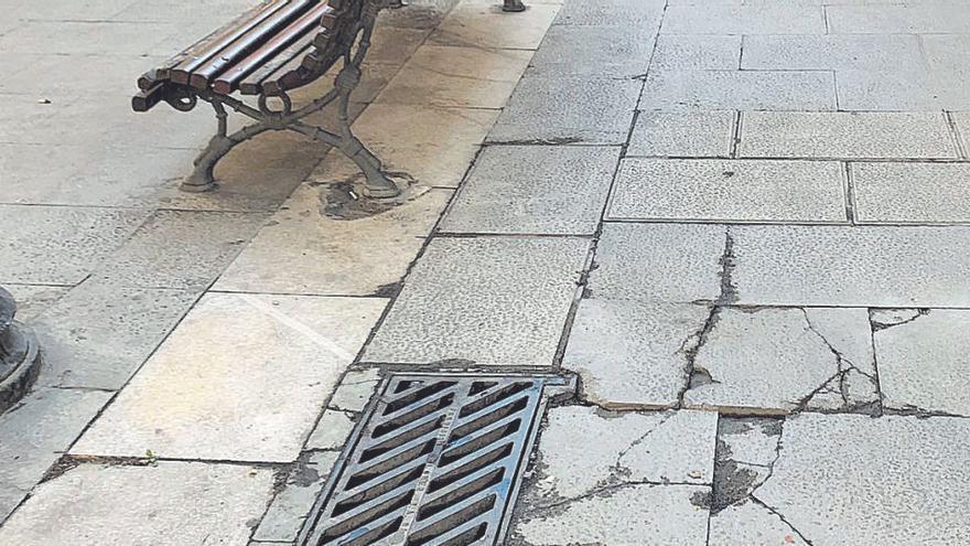 El paviment trencat a la Plana, Born i Nou provoca caigudes i crítiques del comerç