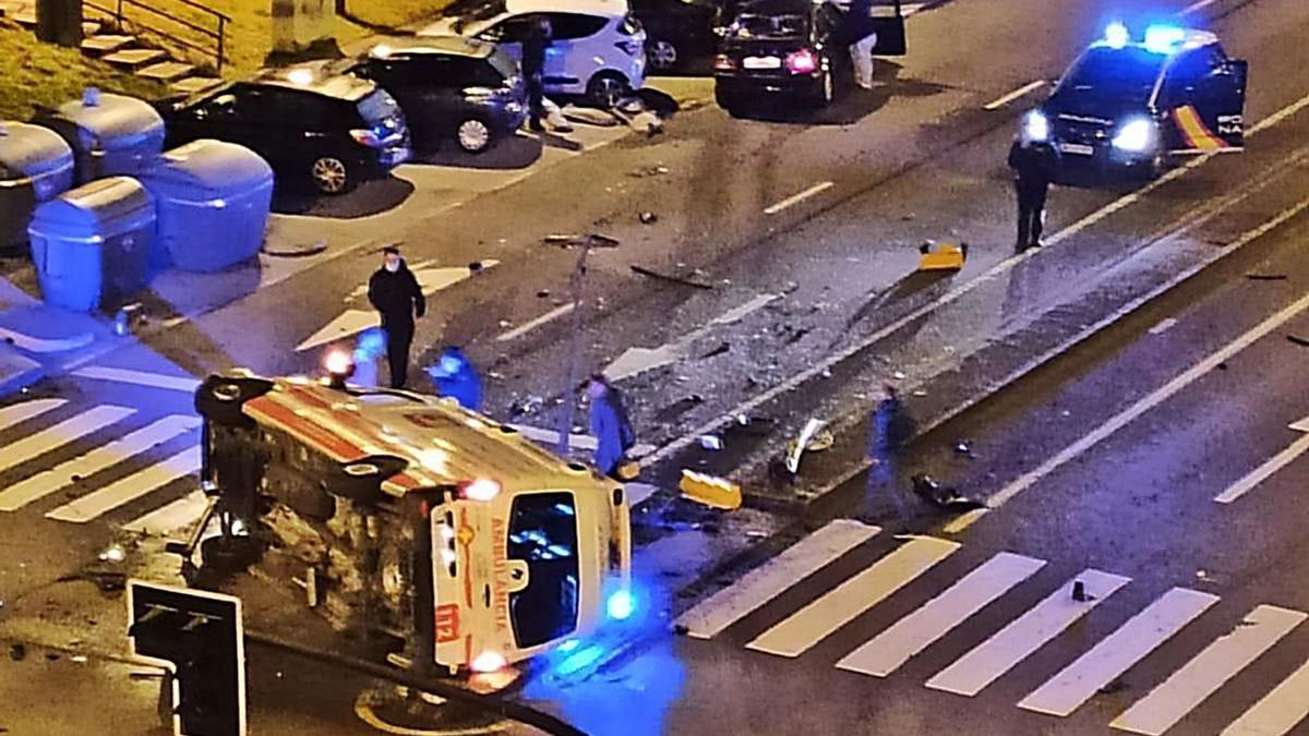 La ambulancia en la que viajaba Pablo Cortijo, volcada sobre la carretera tras el accidente.